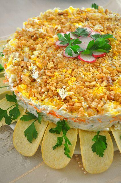 UFUK MUTFAKTA: Sofralarımız Mimoza Salata... Malzemeler; *Patates (Haşlanmış) *Havuç  *Beyaz lahana   *Haşlanmış yumurta   *Ceviz  (İri iri kıyılmış) Sosu için: *İnce kıyılmış dereotu *Mayonez *Süzme yoğurt *Sarımsak *Tuz *Toz halde limon tuzu (Ben kullanmadım-Unutmuşum-) Hazırlanışı; 1.Haşlanmış patates ve havucu rendeleyin.   2.Lahanayı ince ince kıyıp tuzla hafifçe ovup, oluşan suyu sıkın. 3.Yumurtaları katı olacak şekilde haşlayıp beyazı ve sarısını ayrı ayrı rendeleyin. 4.Sos için…