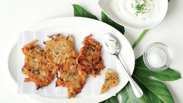 I v případě, že si hlídáte váhu, můžete si dopřát smažené placičky. Brambory nahraďte kedlubnou a smažte jen na trošce oleje. Křupavé placky doplňte svěžím jogurtovým dipem s bylinkami.