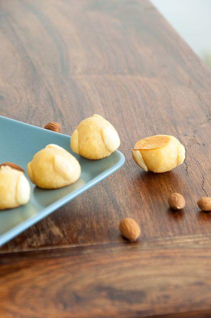 Süße kleine Marzipanhäppchen mit Mandeln.