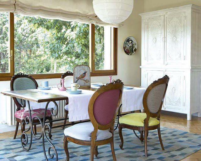 Mesa con pié de hierro antiguo y tapa de mármol y sillas Luis XV tapizadas en telas pastel, todas distintas!