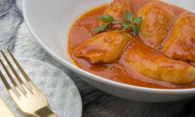 El cocinero Karlos Arguiñano elabora un plato de chipirones o calamares rellenos de arroz y gambas en salsa de tomate y txakoli.