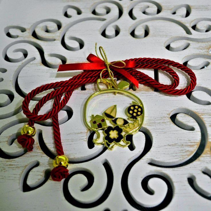 Χειροποίητο επίχρυσο ρόδι με σπιτάκι, τετράφυλλο τριφύλλι, ροδάκι , μάτι και καραβάκι με σμάλτο κόκκινο, δεμένο σε κόκκινο κορδόνι.
