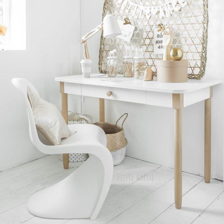 Tienerbureau Bocca. Perfect voor je opgroeiende tiener om huiswerk aan te maken. Door de witte basis en de houten poten, is dit bureau uitermate geschikt om te combineren met diverse stijlen.