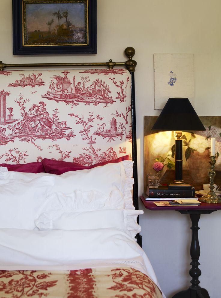 """Romantiskt sovrum med sänggavel klädd i toile de Jouy-tyg, ur Marie-Louise Douglas bok """"Med känsla för Antik""""/ Semic Foto: Helén Pe"""