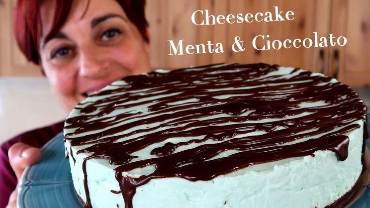 Cheesecake menta e cioccolato, torta senza cottura. Ricetta facile per un dolce estivo perfetto per l'estate. Sciroppo alla menta mescolato con la panna...