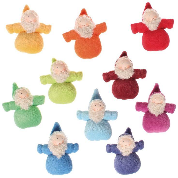 Set de 10 muñecos pequeños con barba, de los colores del arcoíris. Son ideales como pequeños duendecillos de amuleto de la suerte. Están elaborados de manera artesanal, con las caras pintadas a mano dando una expresión única a cada muñeco. Están fabricados en algodón, rellenos de lana de poliéster suave. Se deben de lavar a mano de manera suave, evitando frotar ya que se puede estropear la carita y la ropa.