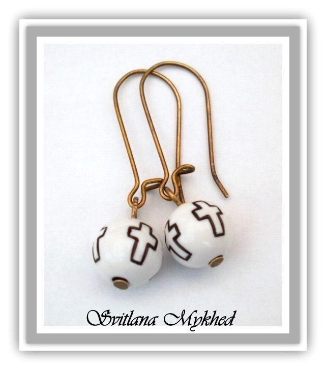 """Boucles d'oreilles """"Croix"""" métal bronzé perle acrylique blanc : Boucles d'oreille par perles-et-couronnes"""