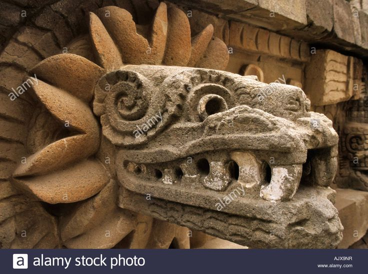 Download this stock image: Serpent head at Templo de Quetzalcoatl in Teotihuacan Mexico - ajx9nr from Alamy's library of millions of high resolution stock photos, illustrations and vectors.