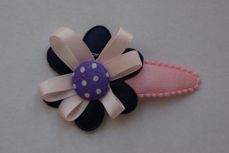 Mooie knip met een blauwe bloem met daarop roze linten en een paarse knoop met witte stippen. www.lotenlynn.nl https://www.facebook.com/lotenlynnlifestyle