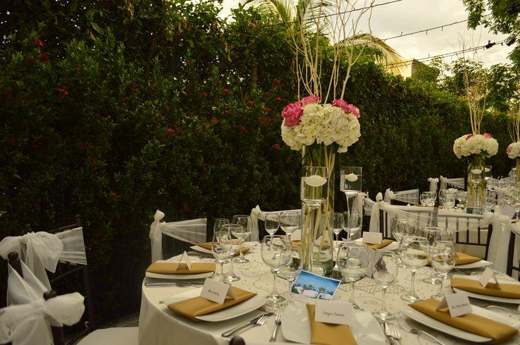 #CentroDeMesa alto con hortensias y rosas. #centerpiece #decoración #bodas