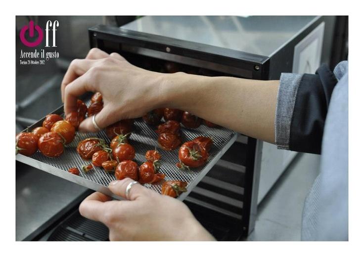 Francesca dell'Enoteca Bordò alle prese con l'essiccazione dei pomodorini Così Com'è #essiccatore #drier