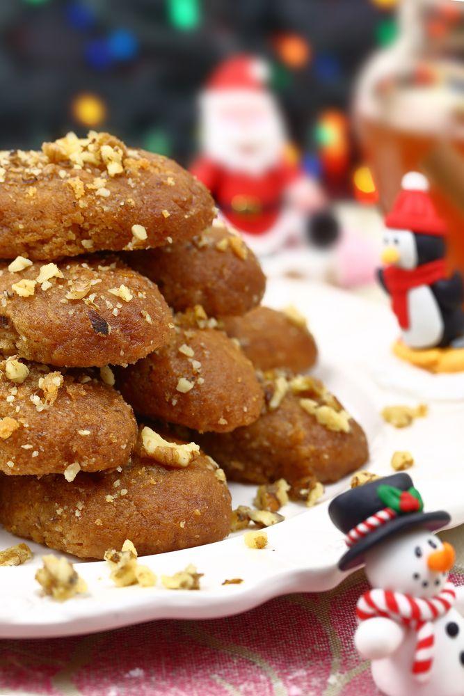 Επειδή γιορτές χωρίς μελομακάρονο και κουραμπιέ απλά δεν είναι γιορτές, σου έχουμε εδώ πέντε συνταγές με λίγες θερμίδες για να απολαύσεις τα αγαπημένα σου χριστουγεννιάτικα γλυκά!