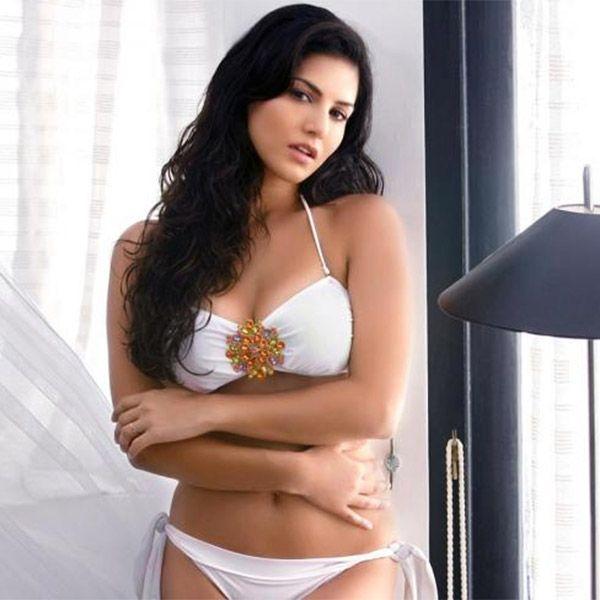 Sunny Leone mutatja ki neki mellszobra a HD kép