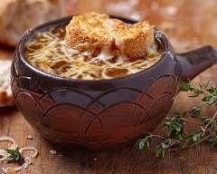 Soupe à l'oignon gratinée facile : http://www.cuisineaz.com/recettes/soupe-a-l-oignon-gratinee-facile-38129.aspx
