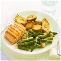 Gebakken vis met roergebakken groene asperges recept - Vis - Eten Gerechten - Recepten Vandaag