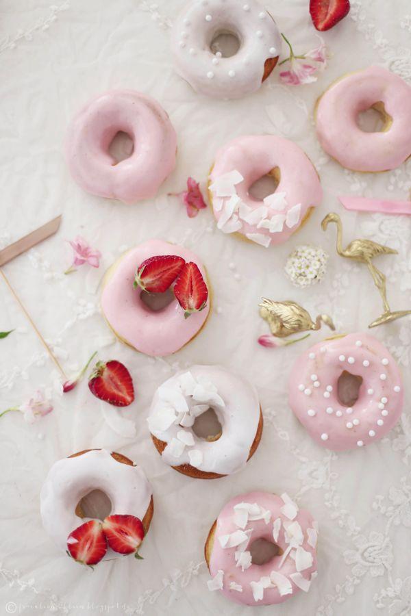 Fräulein Klein : Preppy Flamingo • weiße Schokoladendonuts mit Rhabarberglasur