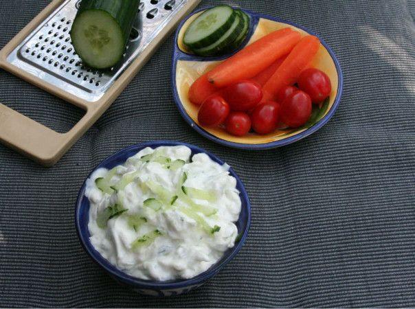 Bij een barbecue of lekker etentje in de tuin mag dit tzatziki recept eigenlijk niet ontbreken. Dip lekker met groente om zo minder brood te eten.