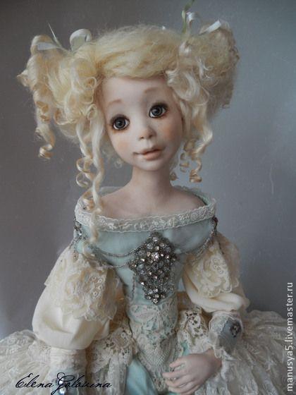 Кукла ` Марципан`. Кукла выполнена в единственном экземпляре из полимерной глины. Глазки стеклянные. Волосы натуральный тресс. В костюме использованы натуральные ткани, старинные и винтажные кружева,бисер и стразы.