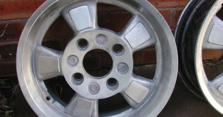 Cómo quitar pintura del aluminio. El aluminio a menudo se convierte en víctima cuando el dueño de un auto decide pintar. Y cuando los ítems son víctimas de salpicaduras de pintura, puede ser desafiante restaurar el aluminio a su estado natural. No es imposible, sin embargo, ya que muchos entusiastas de automóviles encuentran maneras para remediar este problema.
