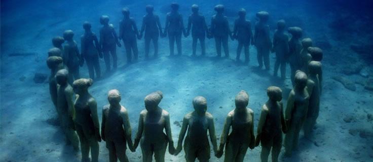 約400体の彫刻がメキシコのカリブ海にあるカンクン(Cancun)の水中彫刻庭園。