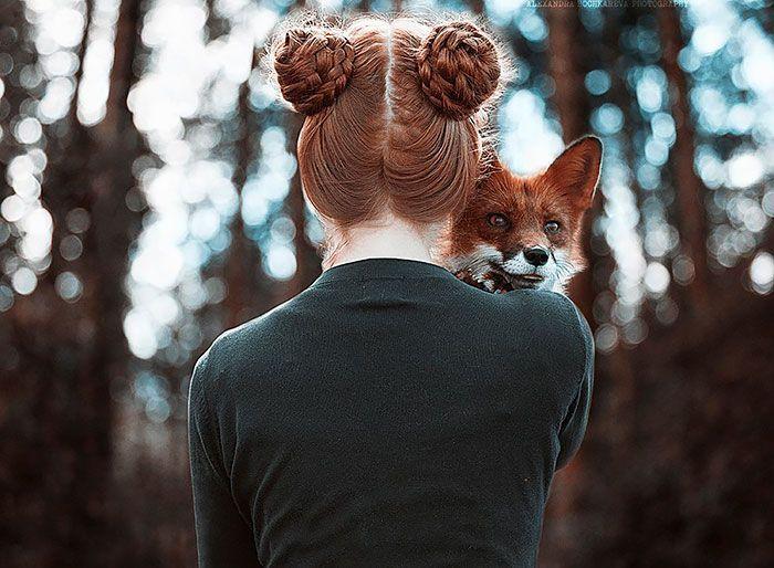 La fotógrafa actualmente vive en San Petersburgo, y suele hacer sus fotos en exteriores, donde el verdor de la naturaleza realza el color rojo de las modelos.
