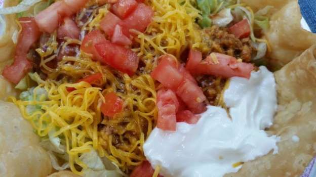 DEL TACO DELUXE TACO SALAD Calories: 820 Fat: 47g Protein: 34g Carbohydrate: 66g Sodium: 1670mg The sour cream, cheese and taco shell on this salad make it more calorific than a Big Mac. - Yelp
