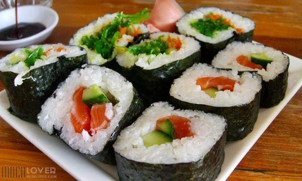 Susi merupakan salah satu masakan jepang yang banyak digemari, pembuatannya pun tidak sulit. Simak resepnya disini http://mocalover.blogspot.com/2013/12/resep-sushi.html