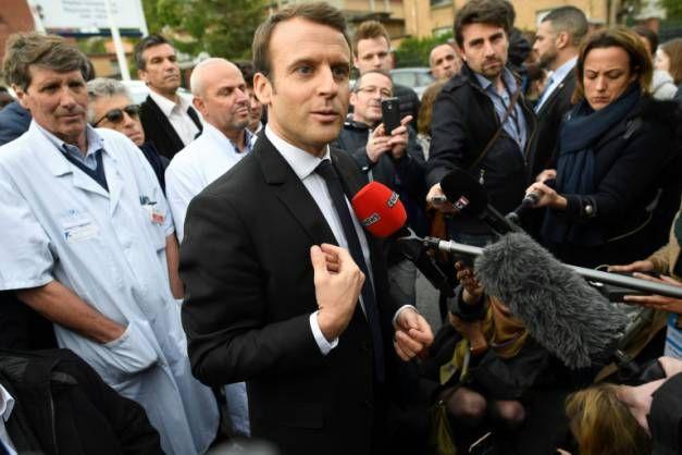 Le candidat d'En Marche! Emmanuel Macron après une visite de l'hôpital Raymond Poincaré de Garches , le 25 avril 2017
