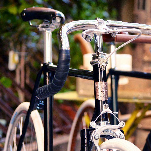 Flatiron Urban Bicycle, agilidad, elegancia, calidad... Podemos detallar todas sus ventajas con más precisión pero una imagen vale más que mil palabras!  www.seventyscycles.com  Seventy's Cycles | Premium Urban Bicycles |  #seventyscycles #inspiration #iggers #class #fahrrad #fietsen #fiets #elegance #style #timetogetit #urbanmobility #urbanbicycles #urbanstyle #rideordie #bikeporn #bicicletasurbanas #bici #pittiuomo #classonabike #luxurybicycles #luxury #fancybicycle #fancy #handmade…