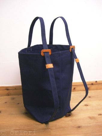 富澤英子さんの「リュット」(紺×キャメル) リュック → トート、 トート → リュック、 シーンに合わせて、さっと形が変えられる、便利なバッグです...