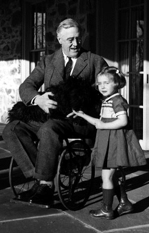 Image : Franklin Delano Roosevelt dans un fauteuil roulant en compagnie de Ruthie Bie, prise par Margaret Suckley.