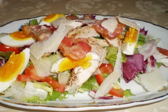 Annyira szeretem a salátákat, minden formában és mennyiségben, minél színesebb annál jobban tetszik az érzékeimnek.  Most egy vegyes salátát használtam hozzá, csak magamnak készíttetem így…