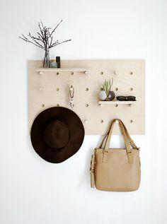 muebles con paneles perforados, paneles de madera perforados, mueble para ordenar utensilios de cocina, mueble para la recepción, muebles de bajo coste.