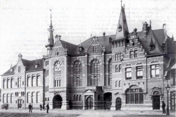De Funenkerk, centraal gelegen tussen de Oostelijke Eilanden, de Dapperbuurt en de (latere) Indische Buurt, is een zaalkerk in neo-renaisancistische stijl en kent maar liefst 1.620 zitplaatsen. Direct aan de kerk vastgebouwd is de Funenschool, in Amsterdam ook wel bekend als de Gereformeerde Lagere School no. 5.