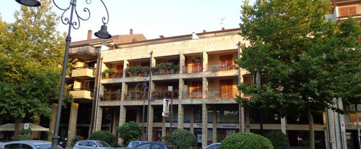 Appartamento Viale Italia Proponiamo appartamento di circa 130 mq composto da salone doppio, studio, cucina, due camere da letto e due bagni. Annesso box auto di circa 25 mq e posto auto scoperto in area condominiale.