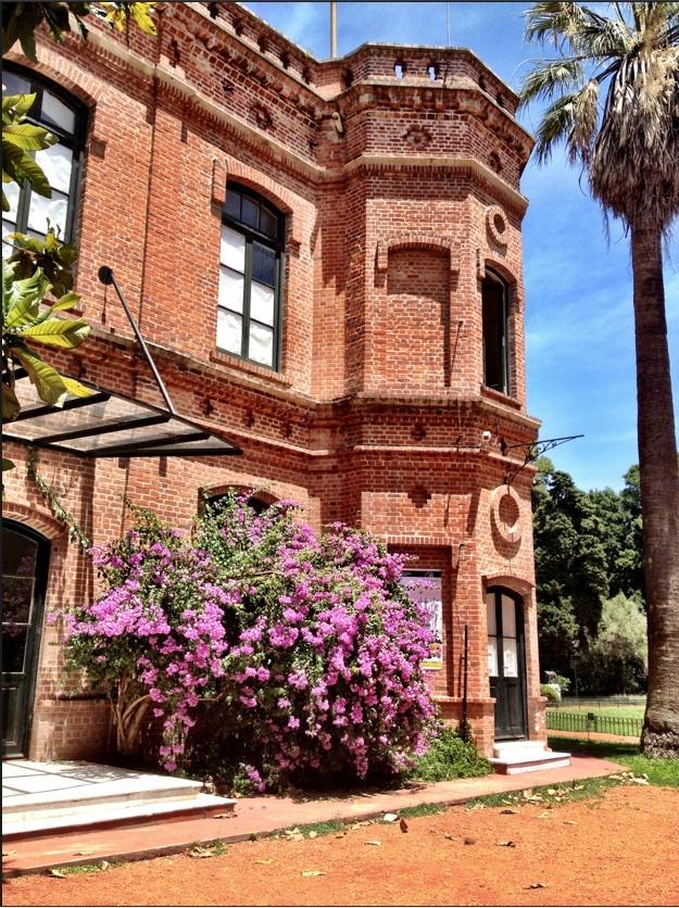 Jarin Botanico Carlos Thays' en honor al paisajista Carlos Thays su creador. Su extensión es de 69.772 m², en los que se encuentran más de 5.500 especies vegetales.Posee además un invernáculo, una biblioteca, el museo Botánico, y la Escuela Municipal de Jardinería. Palermo BuenosAires -Argentina