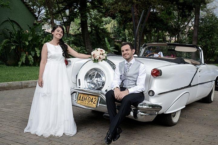En un coche antiguo de Dos Puntos Estudio | www.matrimonio.com.co