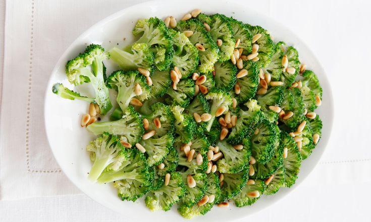 Broccoli saai? Welnee! In april wordt debroccoli geoogst. Eet het dus nu, wanthet is verrukkelijk! Zeker met deze drie heerlijke recepten.Kies het liefst voor een biologische variant, deze bevat geen pesticiden. Gestoomde broccoli, bijgerecht voor 4-6 personen 75 g pijnboompitten 750 g broccoli zout, peper 1-2 el walnootolie Zo maak je het Rooster de pijnboompitten…