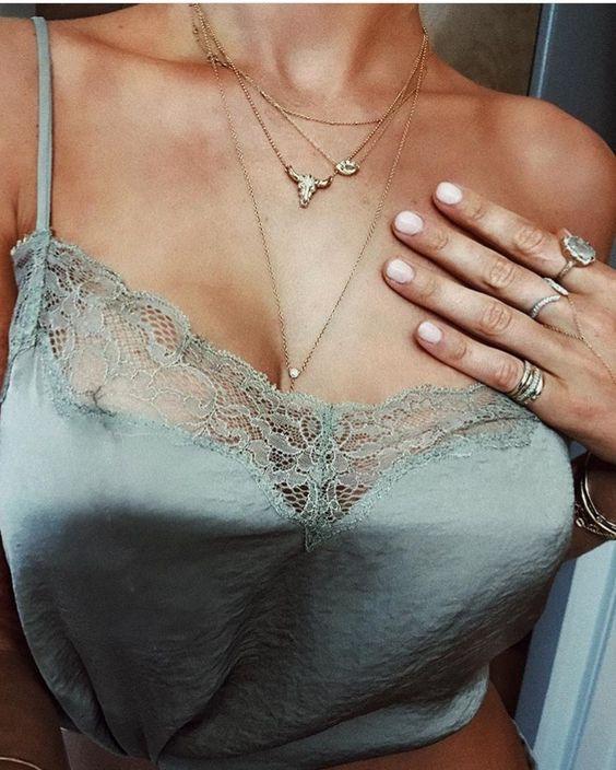 Let's Dance: Os 'outfits' mais elegantes para uma noite com as amigas! #Let's #Dance: Os #outfits mais #elegantes para uma #noite com as #amigas | #night #friends #girls #girlsnight #vestir #ocasião #evento #sair #glamour e #feminilidade #TrendyNotes #dicas #outfit #saída #noturna #Acessórios #obrigatórios #colares #pulseiras #brincos #toque #extra #elegante ao seu #outfit #clutch