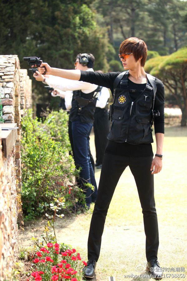 City Hunter, Lee Min Ho is so cool! (Note: Don't forget to close your mouth and wipe the drool.)