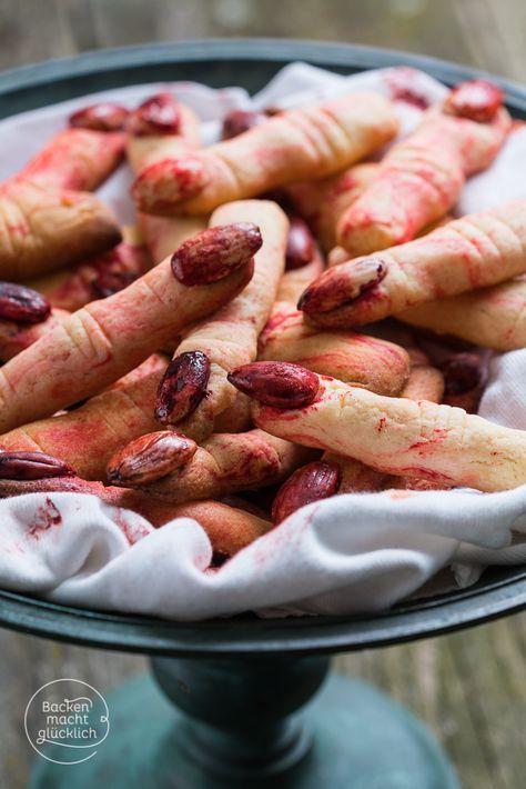 Fingerfood für Halloween mal wortwörtlich interpretiert: diese fiesen Hexenfinger aus Mürbteig sind der perfekte Snack fürs Halloween-Buffet | www.backenmachtgluecklich.de