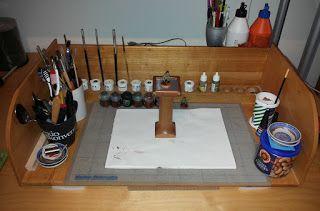 Denna helgen ägnade jag åt att bygga till min målarhörna som jag urspriungligen konstruerade och byggde under en av mina kurser i trä och möbelsnickeri 1994-95. Då var Humbrol-färg den vanligaste hobby- färgen på marknaden och det var först senare som Citadel blev det vanligaste valet. Nu har jag byggt en ny hylla som passar både Humbrols acryl-färger men även Citadels och Army painters. Jag byggde hyllan i massiv ask med detaljer i koppar. Resten av målarhörnan är byggd av björk, bok, ek…