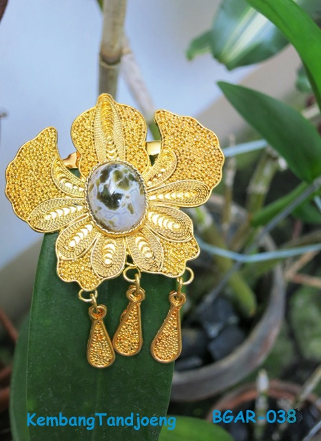 Classic Orchid Ethnic brooch made of copper plated with Gold plus Agate stone.
