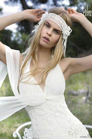 Peinado de estilo muy natural para novias bohemias o hippies con pelo largo suelto, raya en medio y un precioso tocado rodeando la frente de ganchillo de lujo con motivos florales en 3D