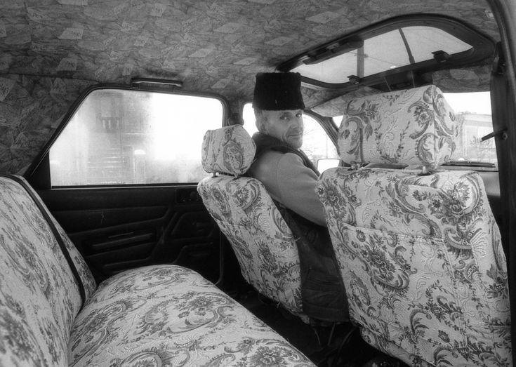 """""""Ez a nehéz beszédű ember a kamerán keresztül megnyílt nekem"""" – mondta Korniss Skarbitról, aki ezen az 1997-es képen az új autójában látható, két évvel a halála előtt. Skarbit András 1986-ban ment nyugdíjba, majd 74 éves korában halt meg 1999-ben. Felesége, Erzsike 2013-ban hunyt el. Mindketten a tiszaeszlári temetőben nyugszanak, a házuk azóta üresen áll."""