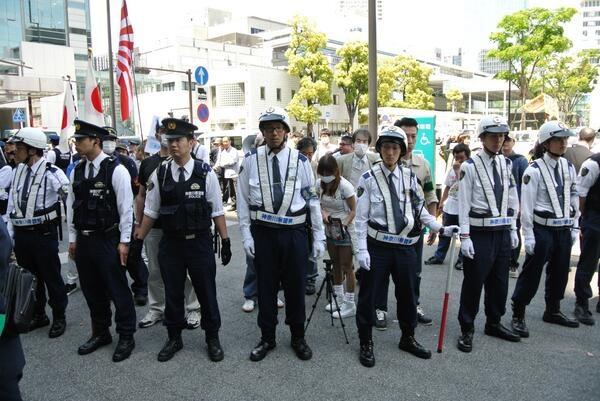 在特会神奈川支部主催の街宣@jr川崎駅ヨドバシカメラ前。街宣の参加者たちは、警察の人垣にがっちりと守られていた。とにかく現場はおまわりさんだらけでした。