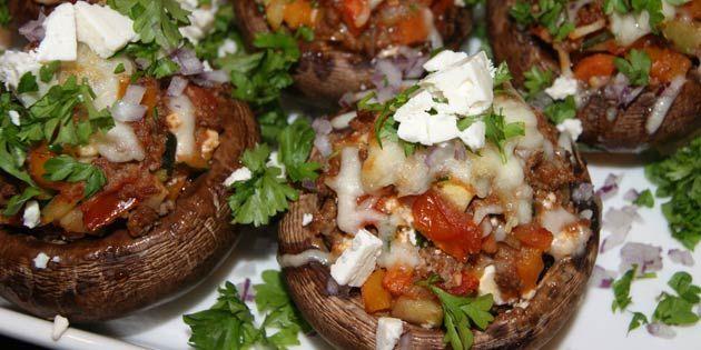 Portobellosvampe fyldt med oksekød og grøntsager. Gratineret og drysset med grøn persille og smuldret feta.