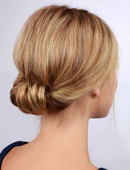 Updo rolou para o cabelo curto: