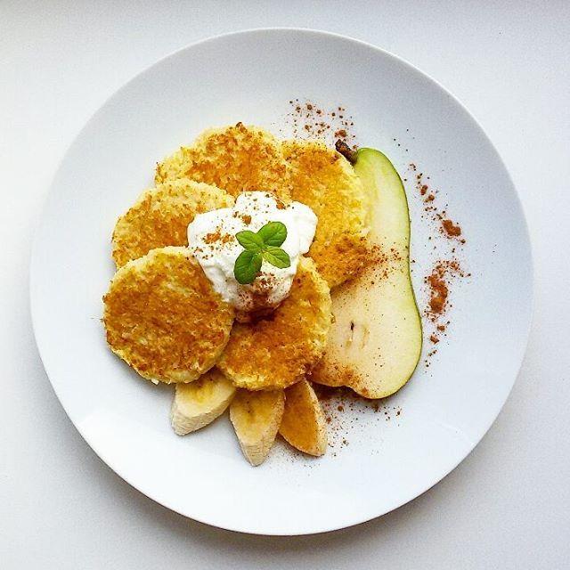 PLACUSZKI RYŻOWE Z GRUSZKĄ  * 50 g ugotowanego ryżu (u mnie naturalny ryż brązowy @ekorein.pl), 1 gruszka, 1 jajko, 1 łyżka mąki + ksylitol w razie potrzeby. Mieszamy i smażymy na suchej patelni