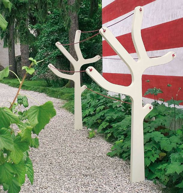 De Alberto is een design waslijn voor in de tuin. Doordat hij gemaakt is van polyetheen is hij zowel zonlicht als water bestendig. En laat het weer even niet toe dat je je was buiten laat drogen, geen probleem want de Alberto is zonder was gewoon een mooi object in de tuin dat volledig in de natuur opgaat.